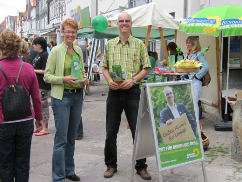 Ute Koczy und Dr. Burkhard Pohl präsentieren Wahlinformationeb am Wahlkampfstände in der Lemgoer Mittelstraße