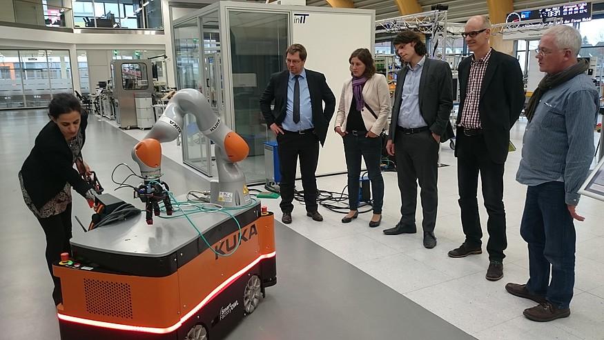 Grüne bestaunen Roboter in Smart Factory