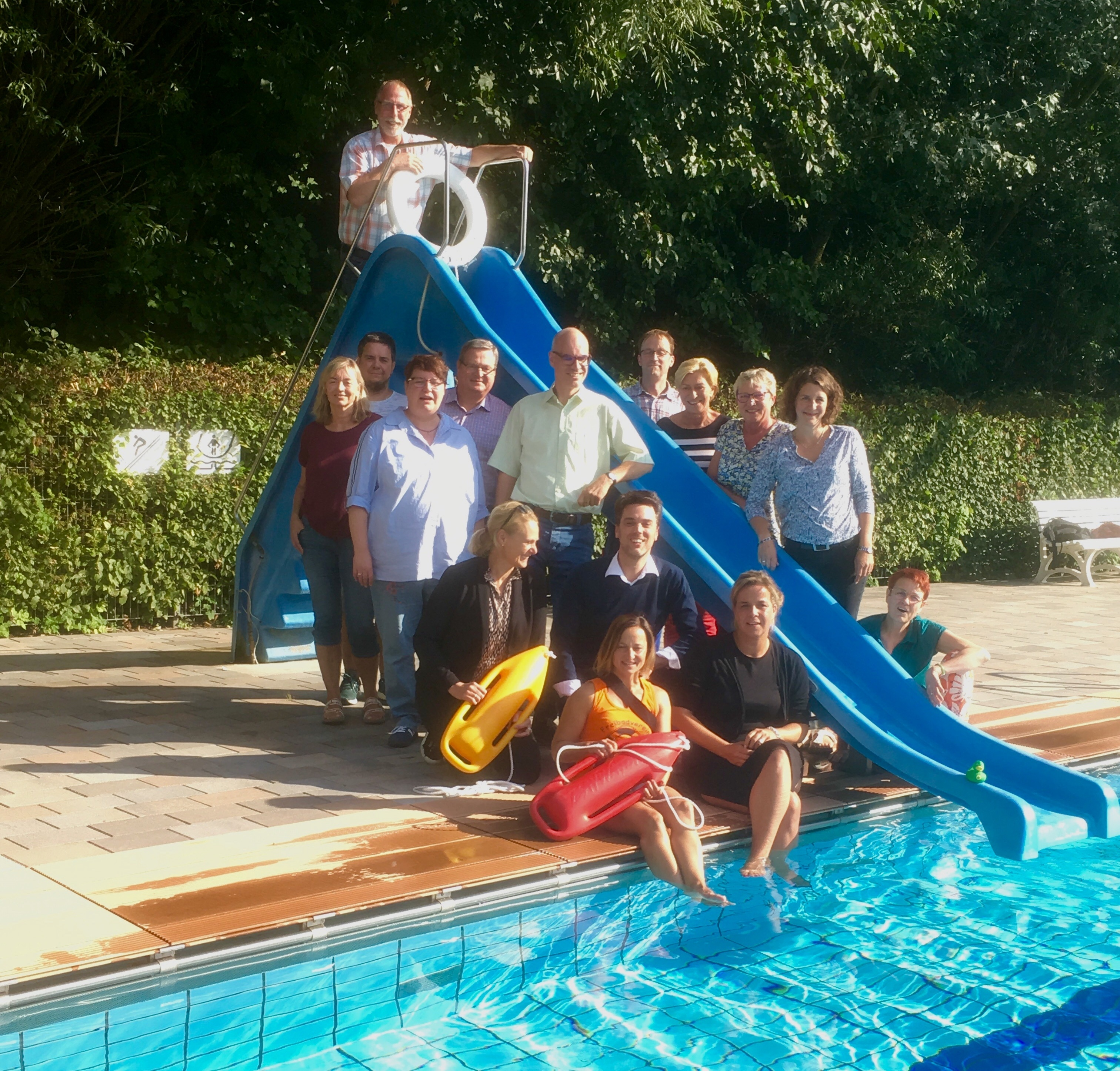 #Schwimmbadtour – Landesvorsitzende Mona Neubaur ist vom Freibad Kirchheide begeistert